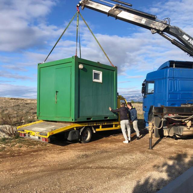 Kontenjerski sanitarni čvor koji će se u petak odvesti u Petrinju