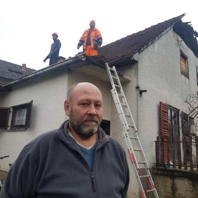 Hrvoje Gregurinčić ispred svoje kuće u Petrinji
