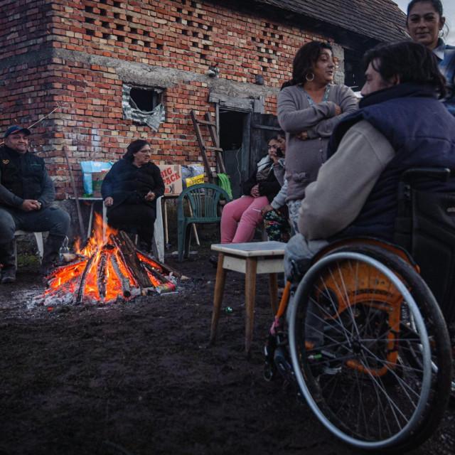 nekoliko romskih obitelji čeka novu godinu uz vatru u dvorištu<br />