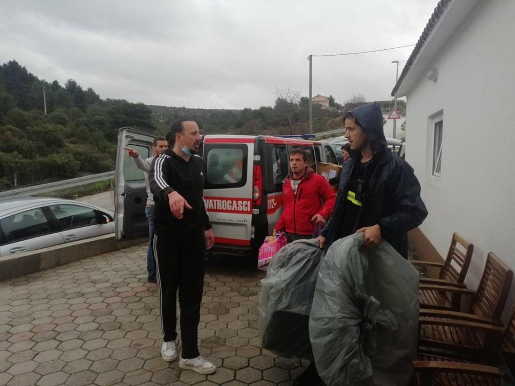 Kombiji puni humanitarne pomoći iz Primoštena otišli na potresom pogođena područja