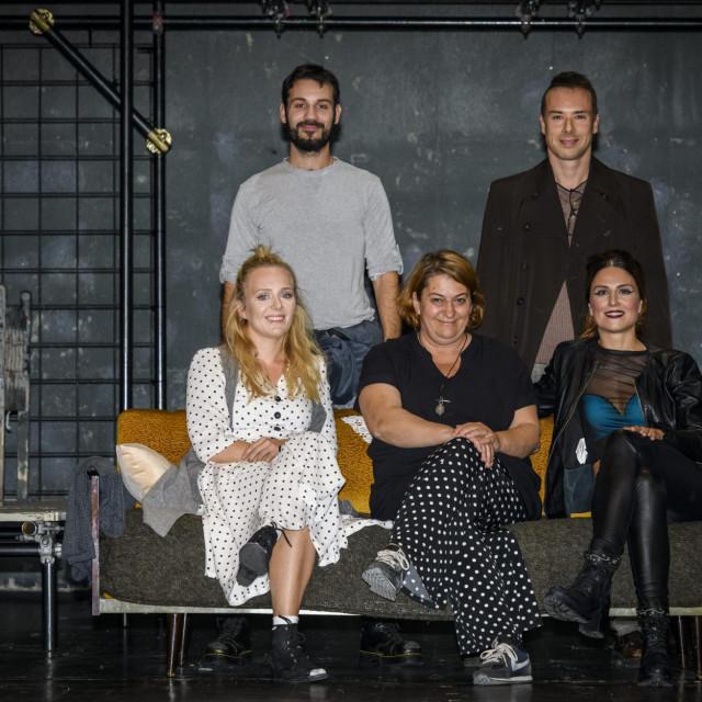 Glumačko-redateljska ekipa sto posto šibenske predstave Murlin Murlo: (sjede) Ana Perkovic, Oriana Kuncic Franka Klaric, (stoje) Kristian Supe i Sime Bubica<br />