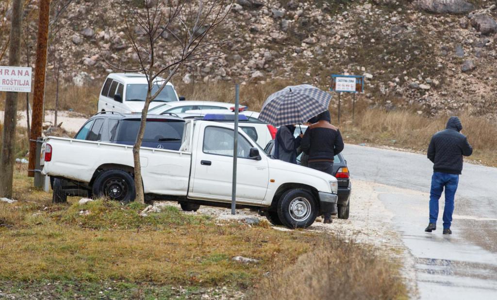 Blokada policije pored kuće u kojoj se skupila rodbina stradalih