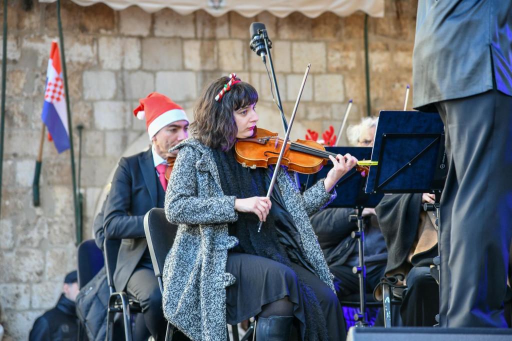 Tradicionalni novogodišnji koncert DSO-a uz kamenice i pjenušac lani na Stradunu