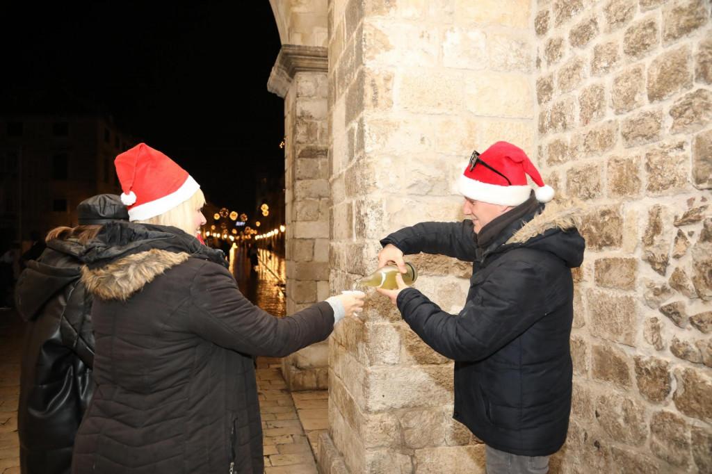 Na Stradunu su se građani samoincijativno okupili za doček Nove godine<br /> <br /> <br />