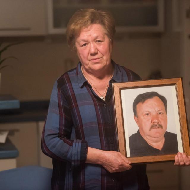 Branka Dukić sa fotografijom pokojnog supruga Željka