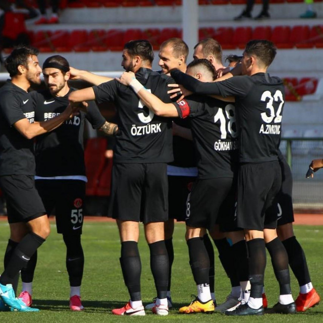 Umraniyespor slavi 1:0 vodstvo protiv Akhisarspora u 9. minuti (Tomislav Glumac četvrti s lijeva)
