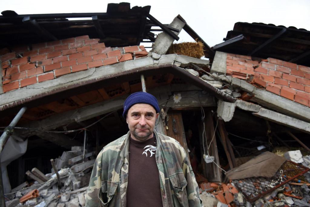 Gospodin Ivo Roksandic, veteran domovinskog rata i vojni invalid, ne moze suzdrzati suze ispred srusene kuce u Novom Selu Glinskom<br />