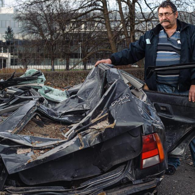 Zlatko Hodak kod zdrobljenog automobila WV Polo iz kojega su nakon potresa spaseni njegovi sin Josip i četverogodisnji unuk Leon