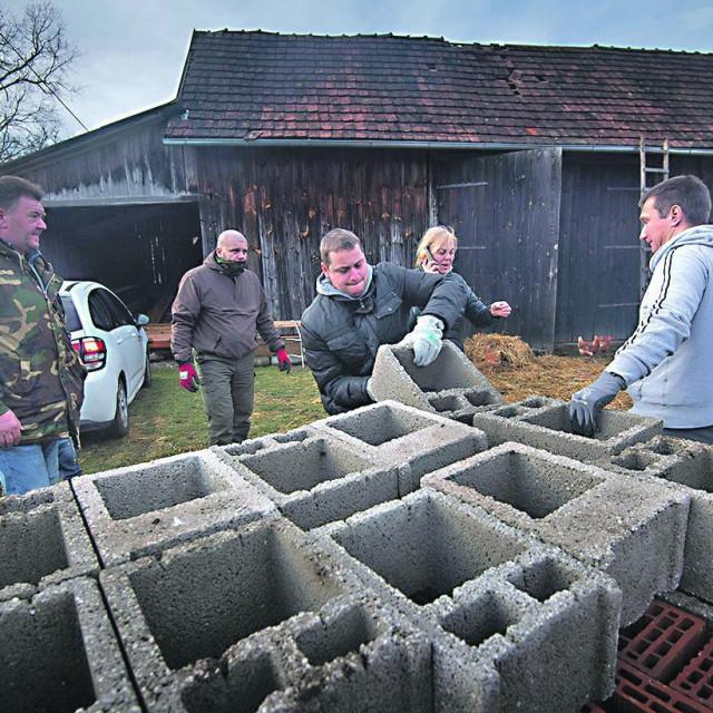 Volonteri u Majskim Poljanama pomažu oko postavljanja kamp kućice