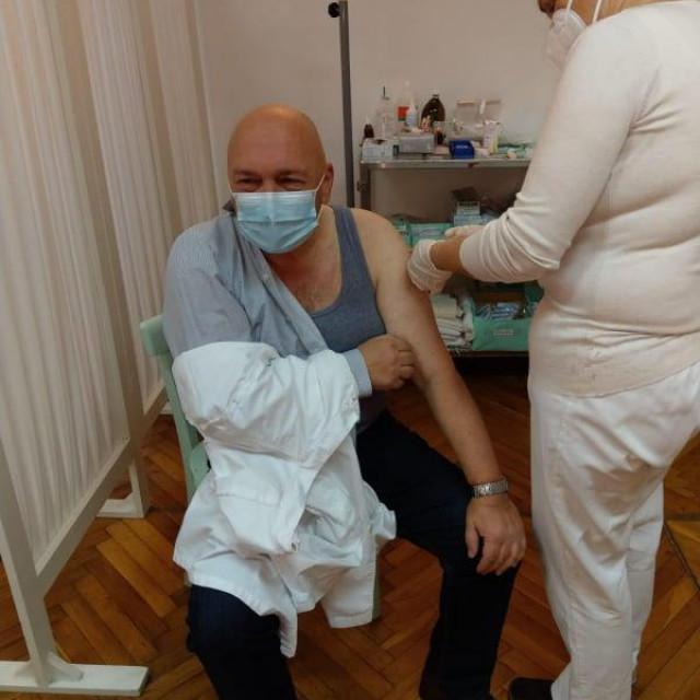 Ravnatelj Psihijatrijske bolnice Ugljan Mladen Mavar prima cjepivo