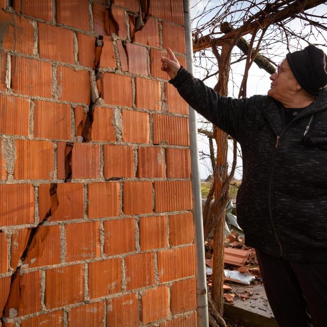 Sela kod Petrinje u kojima su stradale od potresa kuce obnovljene od drzave krajem devedesetih nakon ratnih razaranja(na slici Kata Kozuh ispred svoje kuce u selu Graberje)