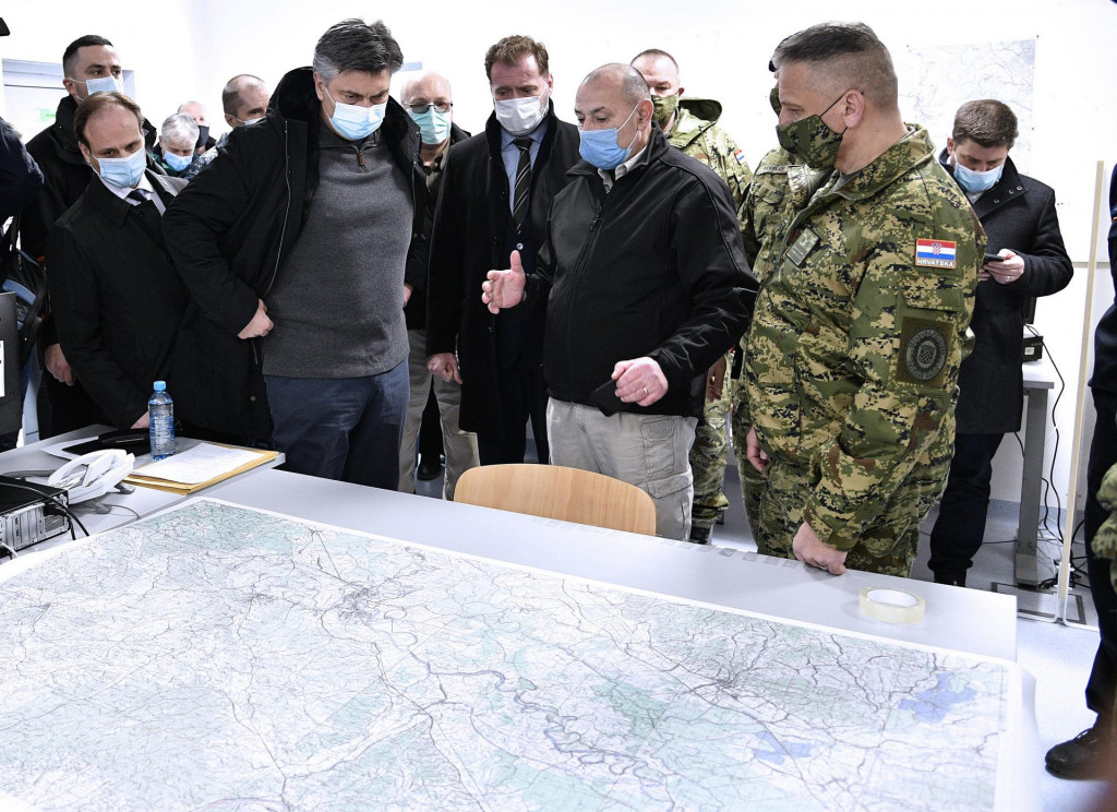 Današnji sastanak kriznog stožera u Petrinji na kojem je sudjelovao i predsjednik Vlade Andrej Plenković. Do njega je ministar Tomo Medved<br />