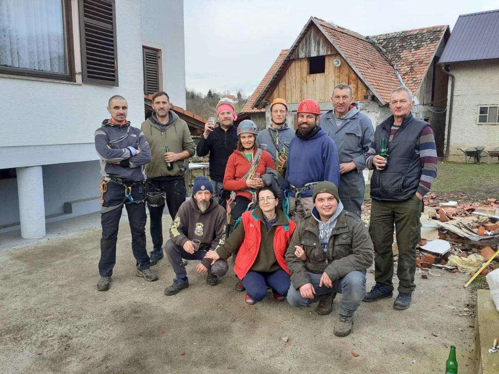 krovopokrivač Pasko Burđelez s ekipom na Banovini