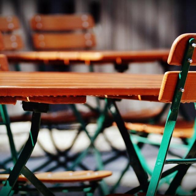 ilustracija ugostitelji, stolovi, stolice, javna površina