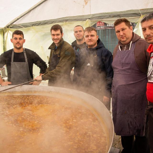 Na centralnom trgu u Petrinji kuhari iz cijele Hrvatske kuhaju za građane i interventne službe