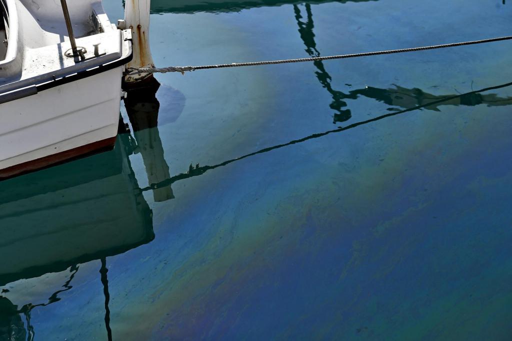 Mrlje od nafte u moru oko Vranjica