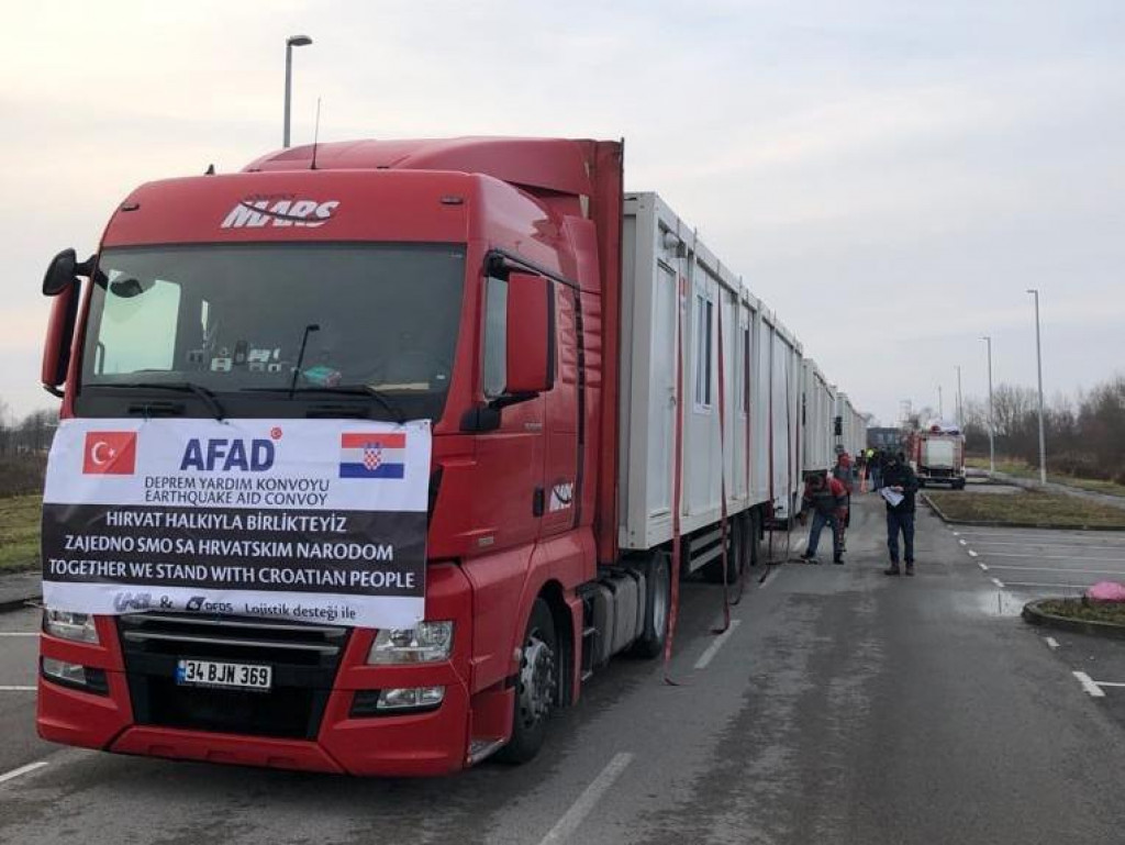 Turski kontejneri stižu iz Istanbula. Prevoze se brodovima u Trst, pa potom preko Slovenije natovareni na kamione stižu na Baniju.