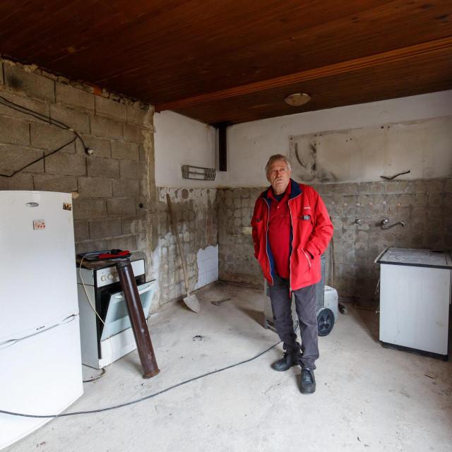 Mate Pervan skinuo je žbuku sa zidova, kao i sve podne obloge u svojoj kući