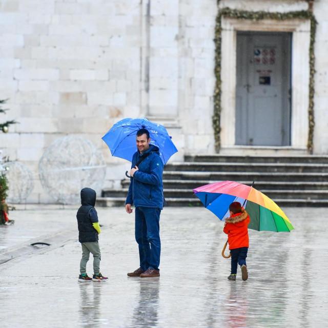 Rijetke šetače po Stradunu bilo je teško videjti bez kišobrana