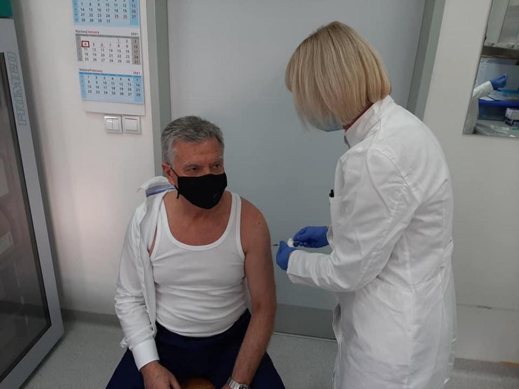 Šibenski gradonačelnik, kako je i najavio, cijepio se protiv koronavirusa, a neke je to zasmetalo...