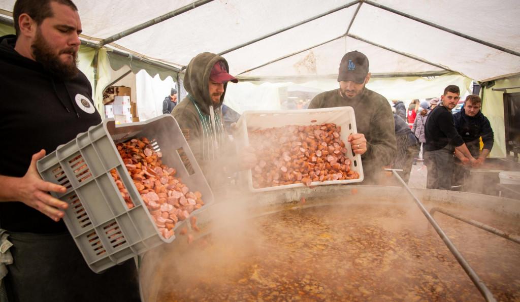 Na centralnom trgu u Petrinji kuhari iz cijele Hrvatske kuhaju za gradjane i interventne sluzbe.<br />