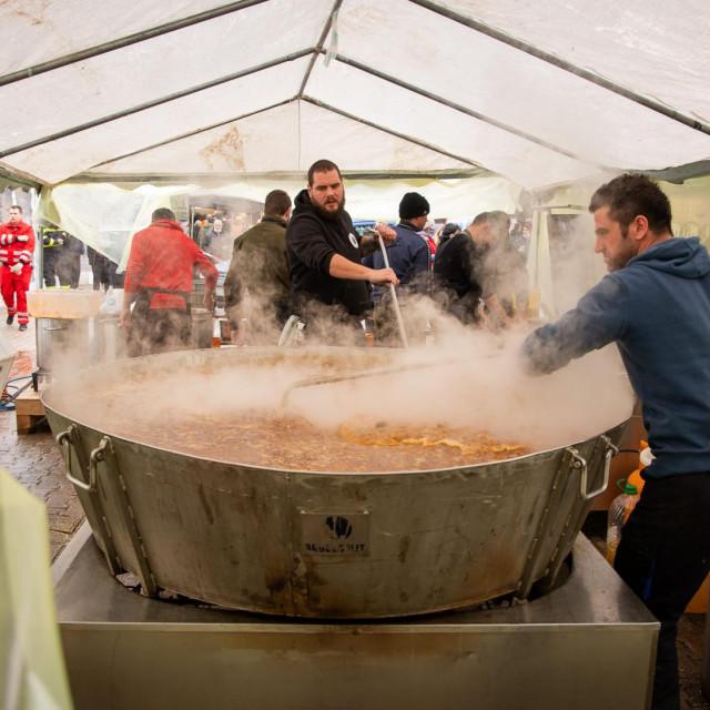 Petrinja,080121.<br /> Na centralnom trgu u Petrinji kuhari iz cijele Hrvatske kuhaju za gradjane i interventne sluzbe.<br />