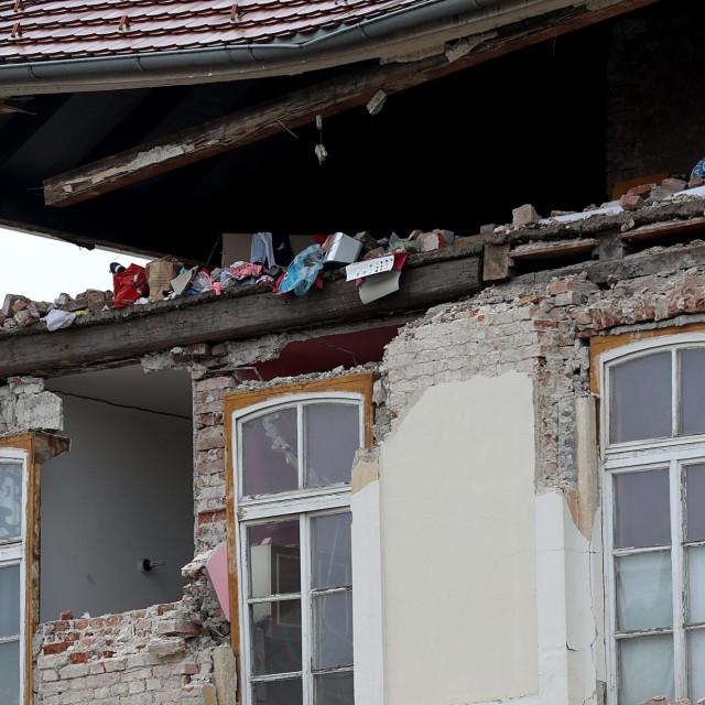 Sisak, 090121.<br /> Sisak 12. dan nakon potresa. Zeljeznicki kolodvor nastrado je u nedavnom potresu.<br />