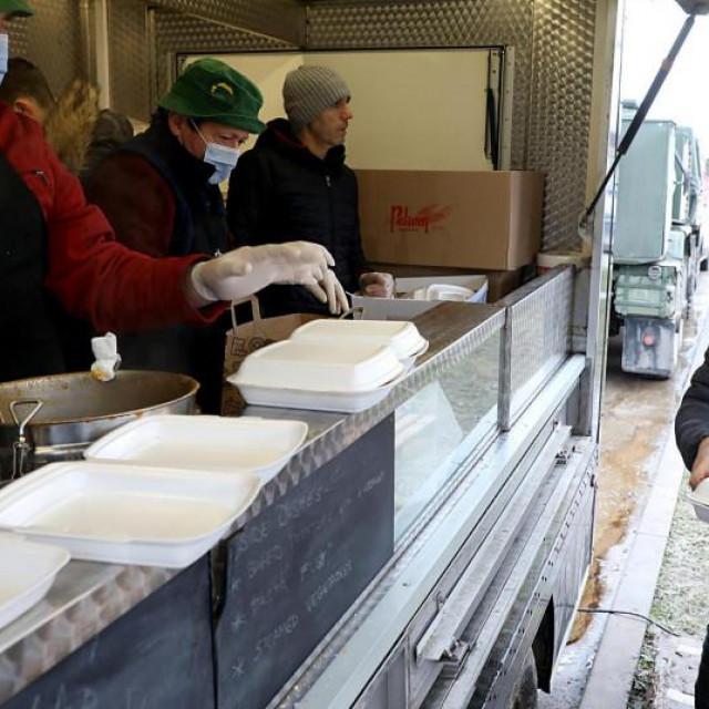 Podjela toplih obroka za stradale u potresu
