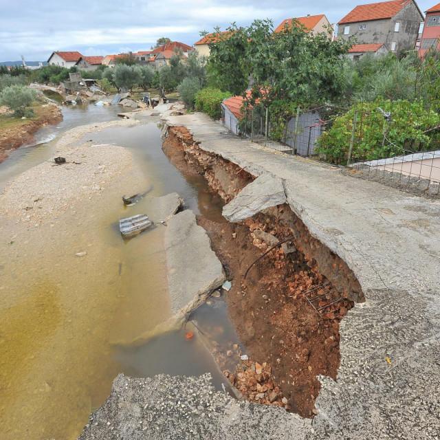 Posljedice nezapamćene poplave koja se u Zadru dogodila 11.9.2017. godine: nadvožnjak iznad potoka u Ričinama.<br />