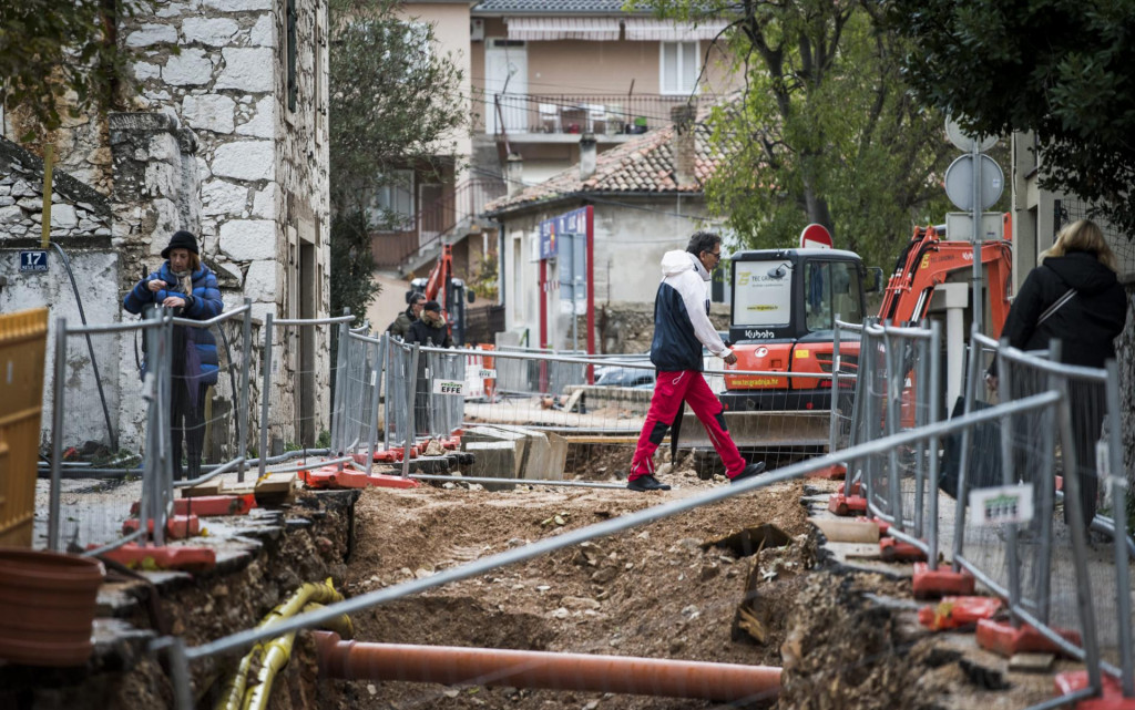 Posebno se upozoravaju potrošači koji su zbog radova na Aglomeraciji spojeni privremeno na vodovodnu mrežu
