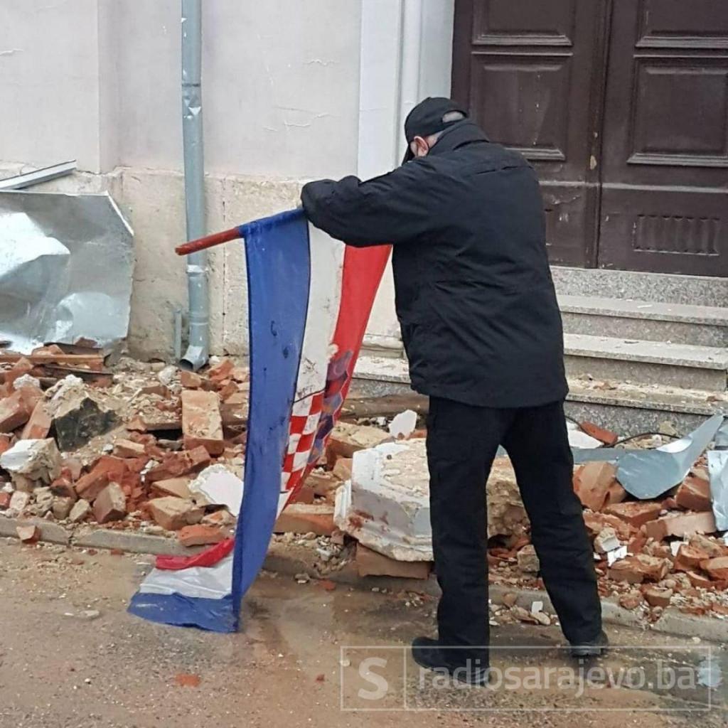 Samir Mirvić podiže hrvatsku zastavu
