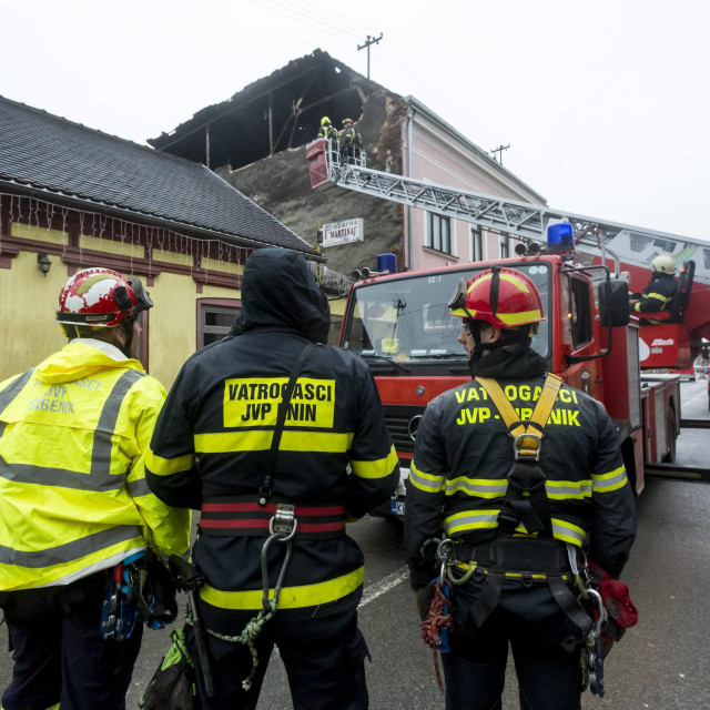Vatrogasci iz JVP Šibenika, Knina i Drniša oklanjaju opasnosti sa narusenih kuća
