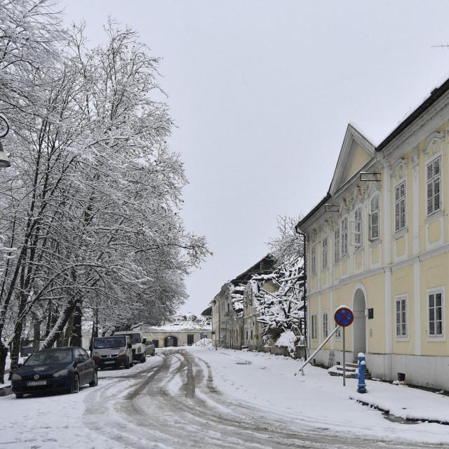 Potresom razrusenu Petrinju prekrio snijeg