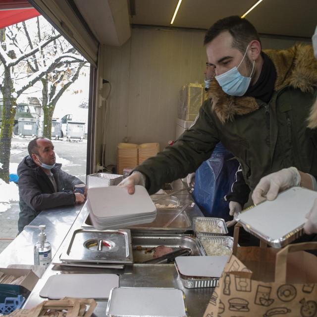 Volonteri i dalje kuhaju potrebitima u Petrinji, iako ih je manje nego prethodnih dana
