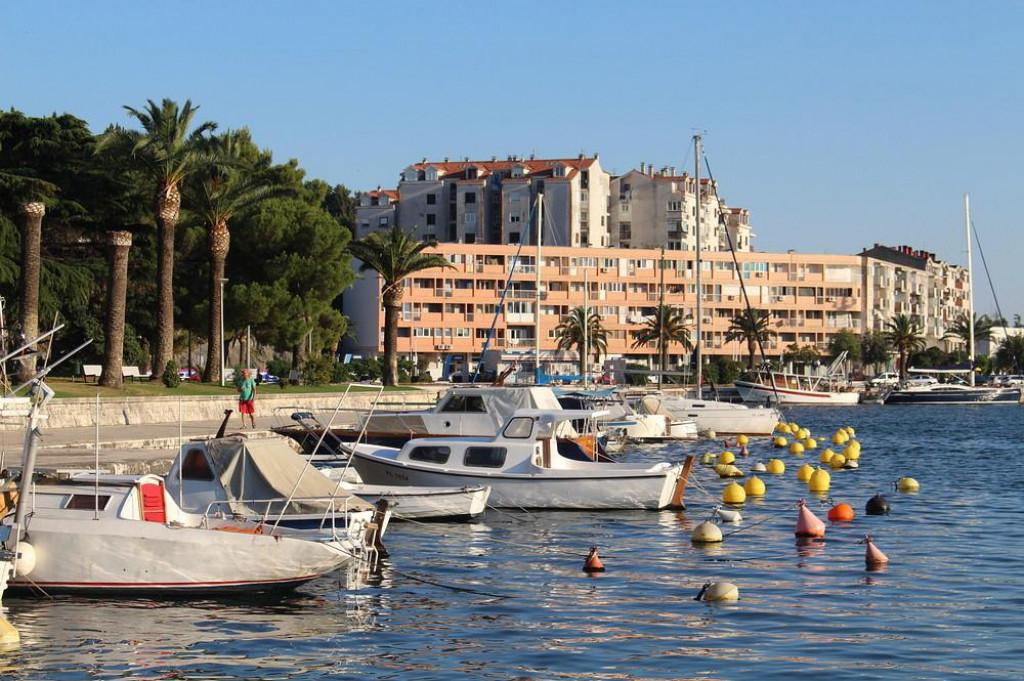 Obalu su gradili sami mjestani samodoprinosima osamdesetih godina prosloga stoljeca
