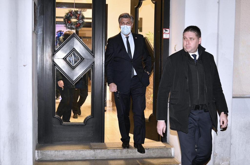 Premijer Andrej Plenković izlazi iz središnjice HDZ-a