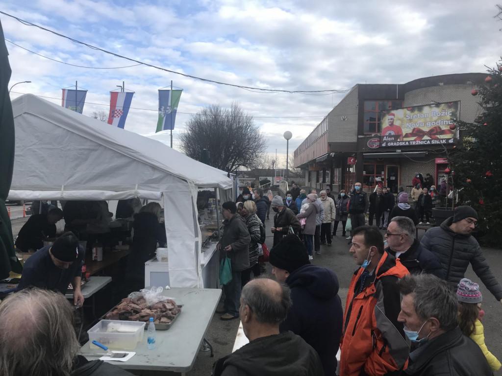 Splitski obrtnici su među prvima stigli u Sisak i ispred glavne tržnice nekoliko dana kuhali za potrebite