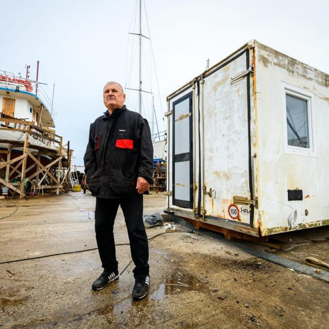 Marko Bašić Bačvar uz pomoć volontera, djelatnika komunalnog poduzeća u svom brodogradilištu Marina Vinici preuredjuje hladnjače za ribu u stambene kontejnere