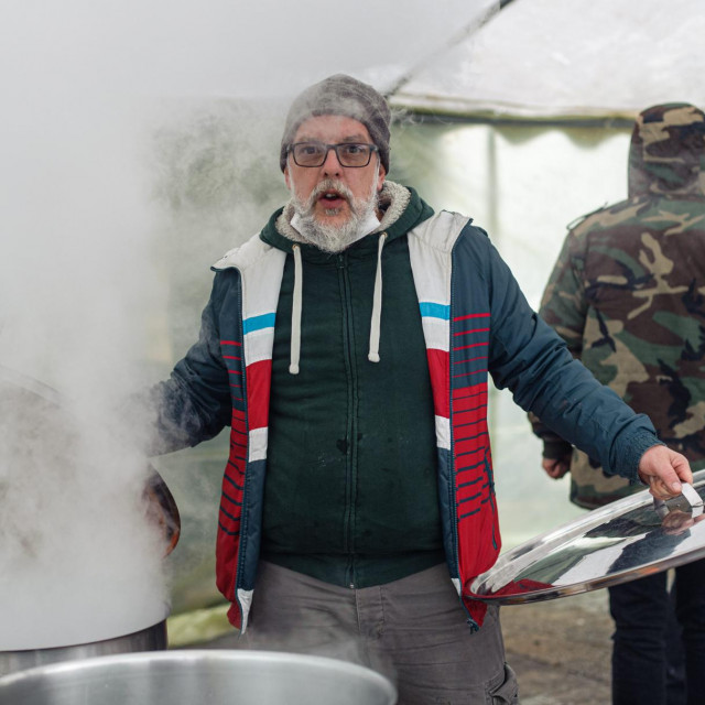 Predrag Robert Žmire oprostio se od volonterske kuhinje meksičkim jelom: grah s mesom