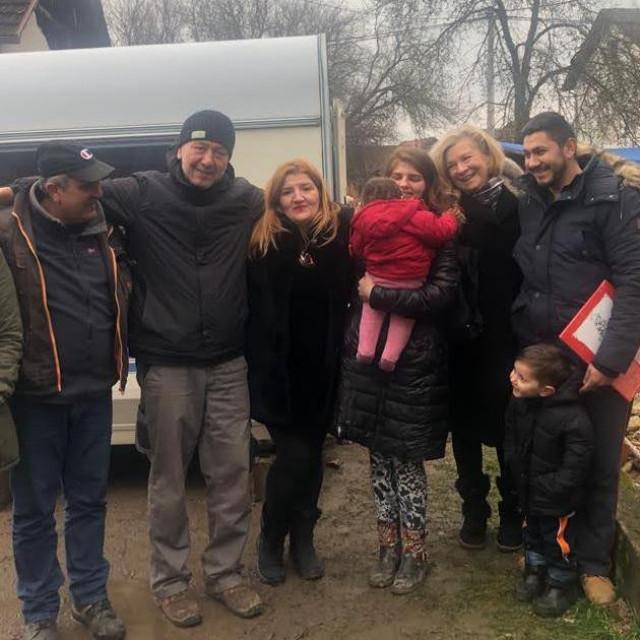 Ornela Šupe i predsjednica 'Kruga' Dragica Jerkov s obitelji Jurković koji su ostali bez doma