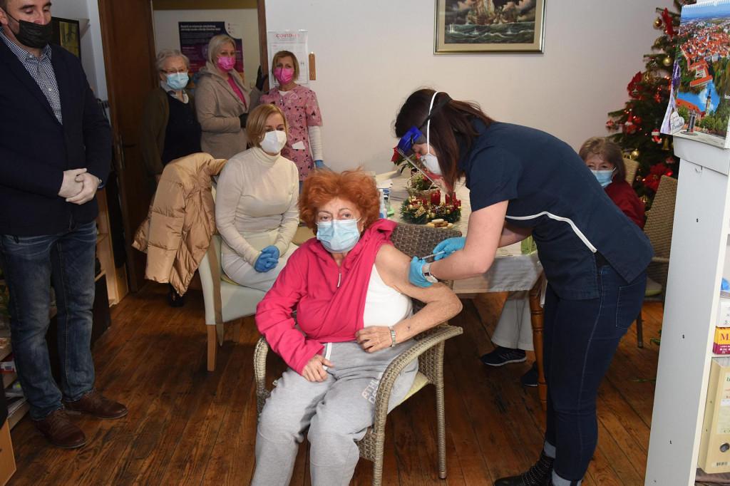 Karlovac, 271220.<br /> Sticenici doma Zlatna jesen medju prvima su se danas cijepili protiv koronavirusa.<br /> Na fotografiji: prva se cijepila Mirjana Baric (67).<br />