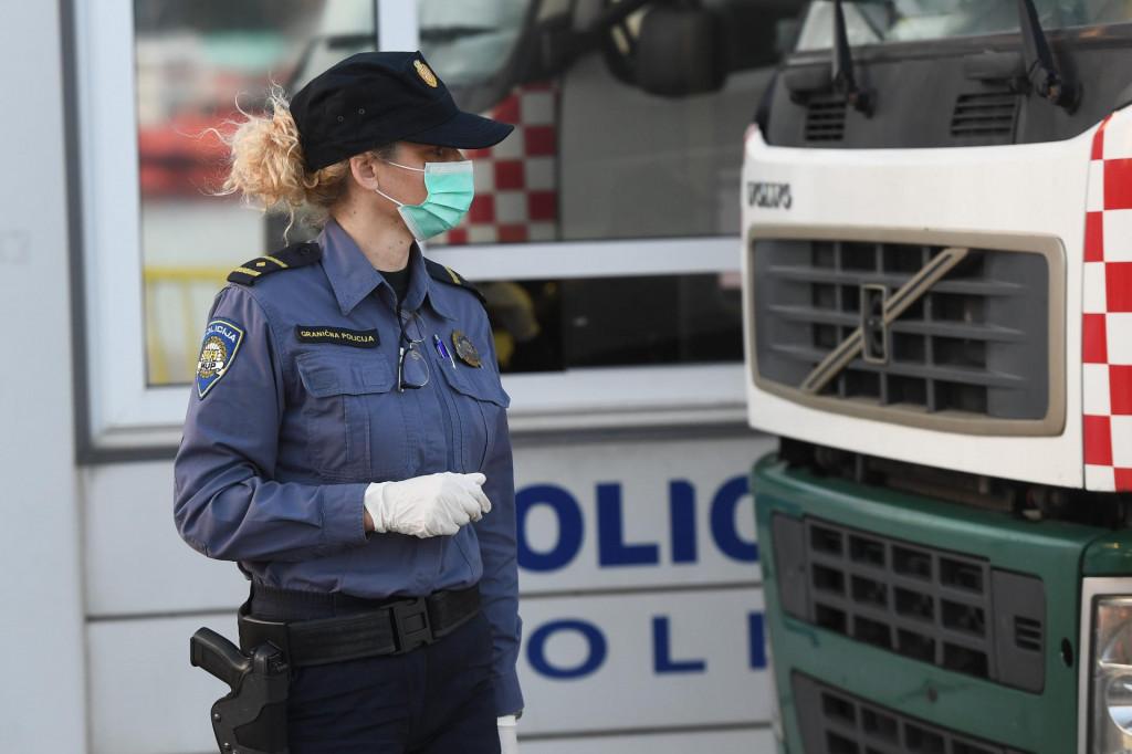 Split, 260220<br /> Trajektna luka Split.<br /> Djelatnici Sanitarne inspekcije i granice policije pregledavaju i testiraju na koronavirus putnike koji su jutros stigli iz Ancone Jadrolinijinim trajektom Marco Polo.<br />