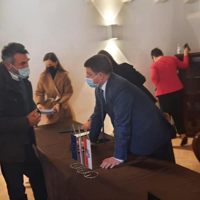 Vinar Miho Rozić iznenadio je ministra Butkovića za vrijeme posjeta Pelješcu