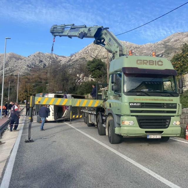 Uklanjanje prevrnutog kamiona u Platu