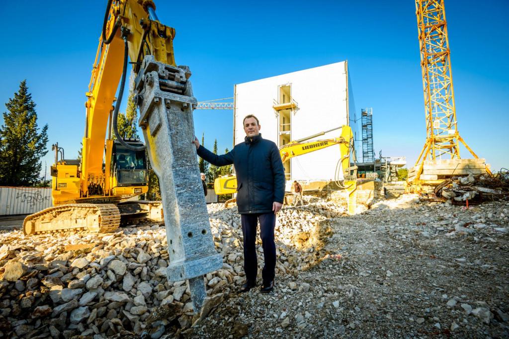 Ljubo Runjić, dekan Veleučilišta, ispred budućeg studentskog doma na Palacinu
