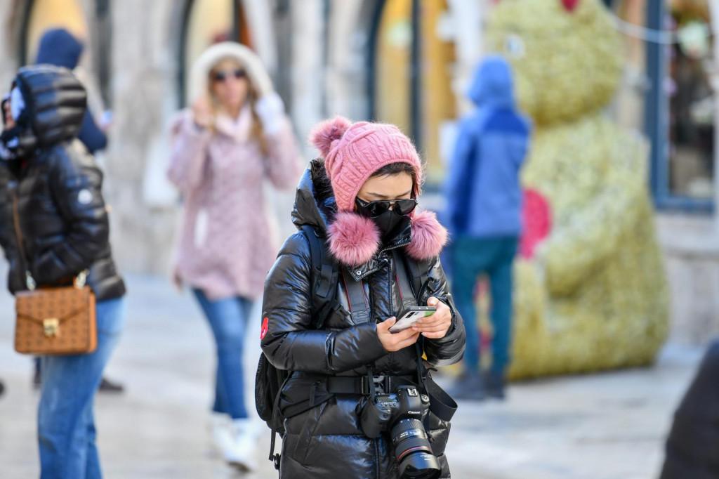 Dubrovnik, 30.12.2019.<br /> Unatoc jakoj i hladnoj Buri brojni turisti uzivaju u obilasku gradskih znamenitosti.<br />