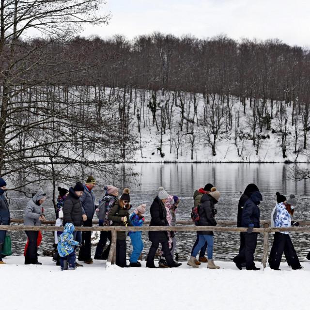 Plitvice, 170121.<br /> Brojni izletnici uzivaju u zimskoj idili Nacionalnog parka Plitvicka jezera.<br />