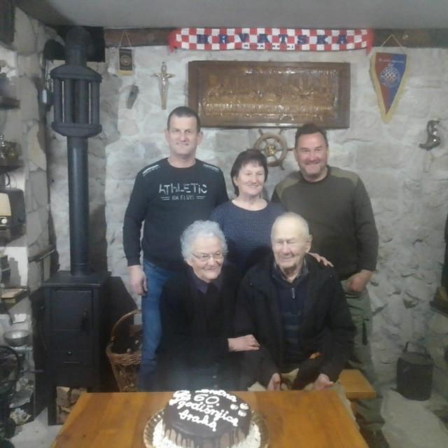 Slavljenici Petar i Dinka Tolić s djecom Ivicom, Matkom i Marijom