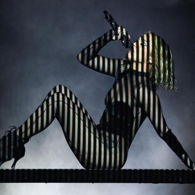 Atraktivan obol događaju, ali s drugačijom scenografijom nastupa, dakako, dat će i Jennifer Lopez