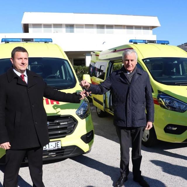 Župan je ravnatelju Zavoda za hitnu medicinu uručio ključeve dva nova vozila za ispostave Blato i Korčula